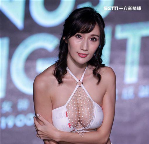 日本AV女優Julia擁有J罩杯好身材。(記者邱榮吉/攝影)