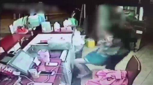 飲料店,工人,襲胸,高雄/翻攝畫面