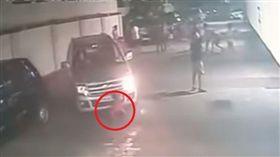 男童路邊玩耍被車輾,竟還能自行起身活蹦亂跳。(圖/翻攝YouTube)