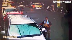 林男偷走國中生的腳踏車,卻在拿榔頭破壞大鎖時遭警活逮(翻攝畫面)