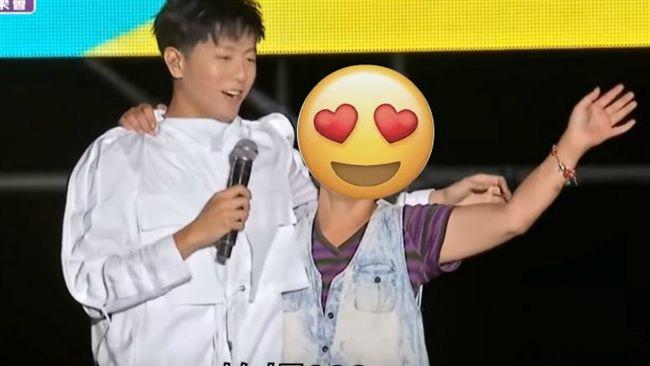 男歌手遭大嬸強抱 他高EQ九字處理