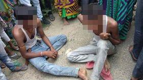 ▲村民逮住3名嫌犯等候警方逮捕。(圖/翻攝自@DavidJones_now推特)