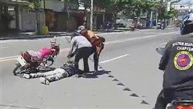 車禍,求婚,菲律賓,交警,惡整,驚喜,崩潰,悲從中來 圖/翻攝自YouTube http://youtu.be/FDJdCLVkEQQ