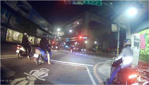 騎士「綠燈衝第一」被撞 反挨酸:起步慢一點很難嗎? 圖/翻攝自爆怨公社