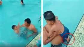 游泳池驚見「鬼手」抓交替?一名男童在游泳池玩水時不慎溺水,似乎被一股無形之力往下抓,所幸男童最後被父親救起,但有眼尖網友發現游泳池多一隻手,而男童的腳則被那隻手拽住。影片曝光後,嚇壞不少網友,紛紛直喊「X!超清楚的鬼手啊」。(圖/翻攝自Eiyna Sharina臉書)