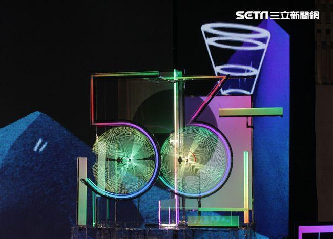 金鐘53頒獎典禮主持人的主持台很特別的設計。(記者邱榮吉/攝影)