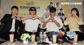 Running Man成員梁世燦、哈哈、金鍾國、全昭旻,品嚐台灣珍珠奶茶。(記者邱榮吉/攝影)