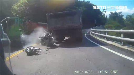 重機騎士蘇花盲彎硬超車「遭砂石車夾擊」神奇輕傷 網:司機很衰(圖/翻攝畫面)