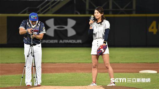 日本棒球美少女坪井美沙音開球。(圖/記者王怡翔攝影)