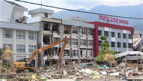 印尼地震重災區 美居飯店重創印尼中蘇拉威西省歷經地震及海嘯重創,死傷慘重。圖為重災區巴路市美居飯店,地震後現場斷垣殘壁,一片狼藉。中央社記者周永捷巴路攝 107年10月4日