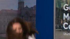 ▲糗大!主播鞋飛人仰馬翻消失鏡頭前(圖/翻攝自《早安英國》推特)