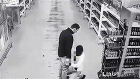酒醉女子在超商企圖幫男友口愛。(圖/翻攝自《LiveLeak》)