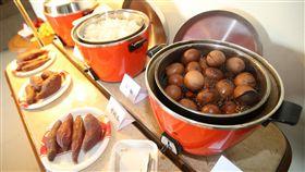 亞運代表團廚師隨行 讓選手吃到家鄉味(3)中華亞運代表團今年特別從台灣帶來專屬廚師與營養師,讓選手在異地也能享受家鄉味。圖為中華代表團下榻蘇丹公寓為選手準備的茶葉蛋等食物。中央社記者張新偉雅加達攝 107年8月18日