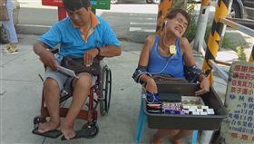 重度殘障夫妻在彰化路邊賣糖果和口香糖,要靠自己力量養兩個孩子(光線提供)