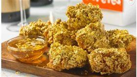 美國知名連鎖炸機店Popeyes Louisiana Kitche,推出金箔雞翅。(圖/翻攝自紐約郵報)