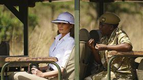 美第一夫人訪非洲 頂上帽子惹來批評