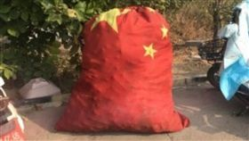 河北,收費站,五星旗,垃圾袋,清潔員(圖/翻攝自微博)