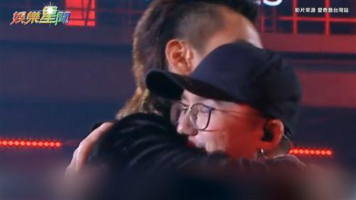 那吾克熱遭淘汰,師徒兩人互相擁抱。