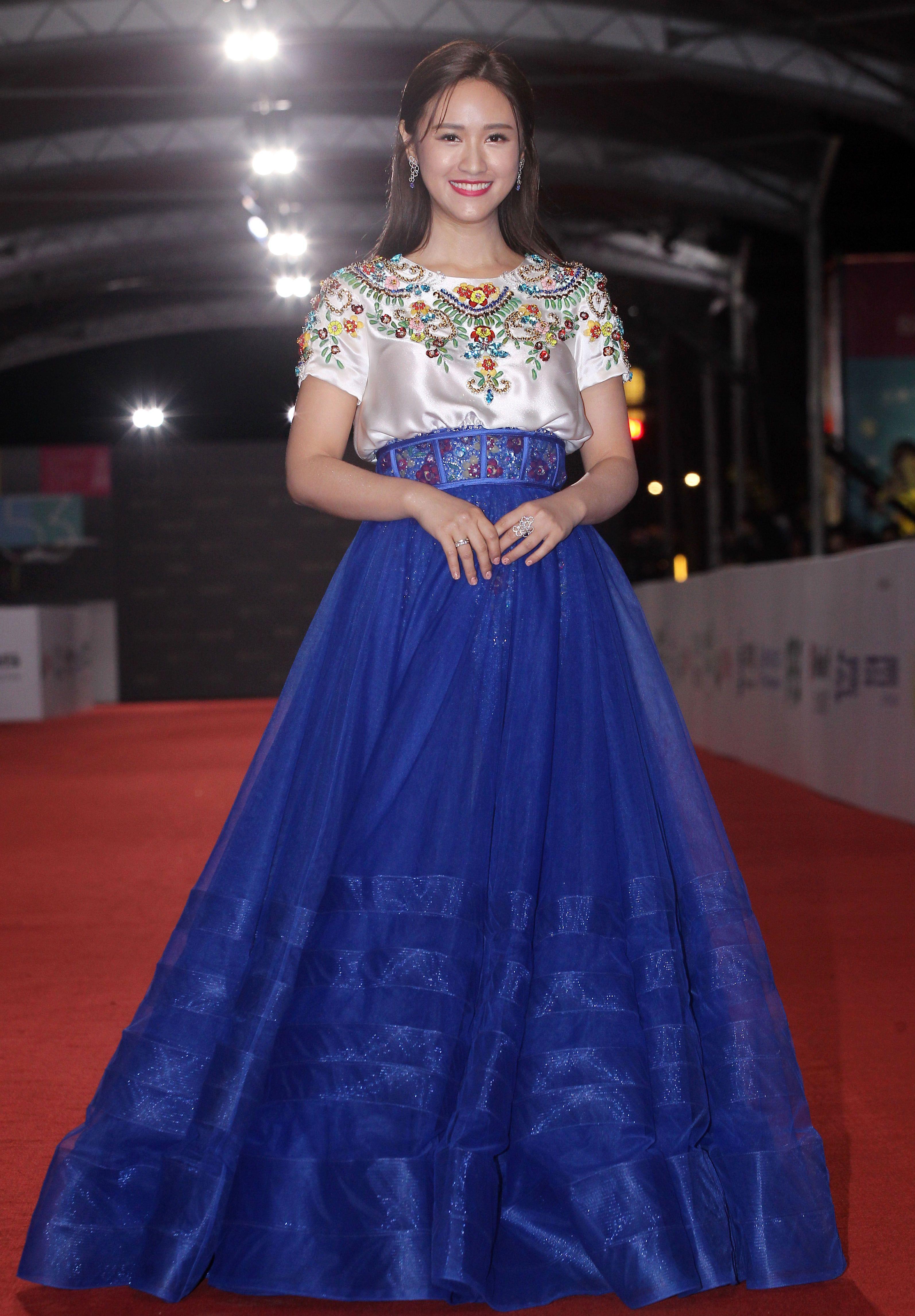 第53屆金鐘獎頒獎典禮星光大道星光大道,紅毯女星可說是風格超多樣化,七彩禮服全部上場爭艷。(記者邱榮吉/攝影)