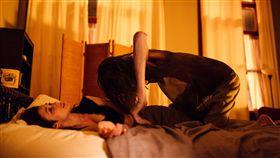 《夜驚》「龐德女郎」歐嘉柯瑞蘭寇獨挑大樑,擔綱主角段「夜驚」會爬到胸口、掐住喉嚨。(圖/牽猴子提供)