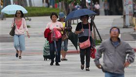 颱風潭美外圍環流影響 北台灣防大雨(2)受颱風潭美外圍環流影響,中央氣象局29日發布新竹以北、宜蘭大雨及豪雨特報。溫度方面,北部及東北部感受偏涼,氣象局預報高溫約攝氏26至28度,其他地區31至33度。中央社記者張新偉攝 107年9月29日
