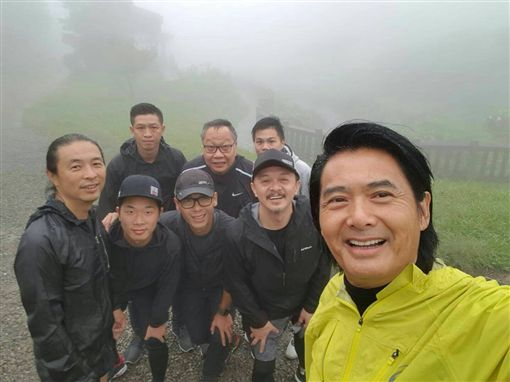 香港巨星周潤發(發哥)為了宣傳電影《無雙》來到台灣,到陽明山晨跑。(双喜電影提供)