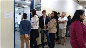 巴西總統大選 選民排隊投票巴西今天舉行第38屆總統選舉首輪投票,全國有超過1.4億名選民今天在5570個城市投票。中央社記者唐雅陵聖保羅攝  107年10月8日