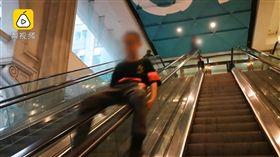 屁孩賣場手扶梯當溜滑梯,長家邊錄影邊讚:真棒!(圖/翻攝梨視頻)