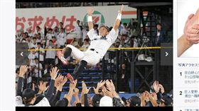 ▲千葉羅德岡田幸文引退被隊友拋起。(圖/截自日本媒體)