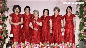 周遊伴娘/記者邱榮吉攝影,成員:王滿嬌(左二)、素珠(左三)、紀露霞(右三)、吳敏(右二)、張俐敏(右一)