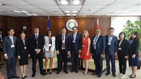 巴拉圭移民局長遭女翻譯官控性騷(前排左5)(圖/翻攝自移民署官網)