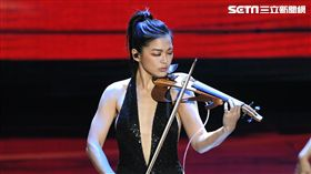 美女小提琴樂手康妮媚一出場,就已讓金鐘開場精彩可期。