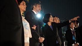 總統蔡英文陪同巴拉圭共和國總統阿布鐸伉儷欣賞「TAIWAN共好-中華民國107年國慶‧總統府建築光雕展演」 圖/總統府提供