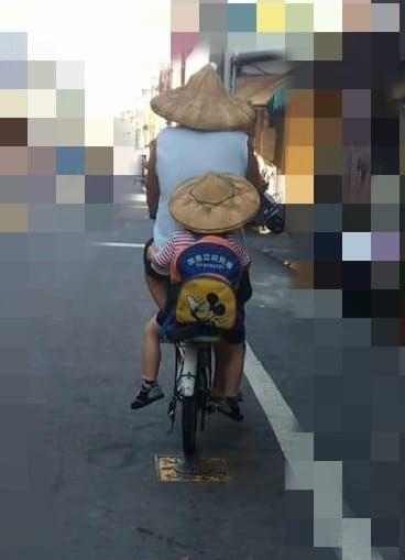 阿公,鐵馬,孫子,腳踏車,幼稚園,斗笠,/翻攝自爆廢公社公開版