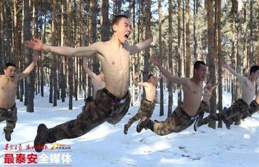 ▲中國國家足球隊雪地軍事訓練。(圖/截自中國媒體)