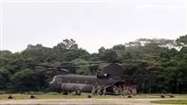 陸軍第三作戰區「地空聯合作戰」實兵操演,CH-47SD搭載特戰部隊機降。(記者邱榮吉/龍潭拍攝)