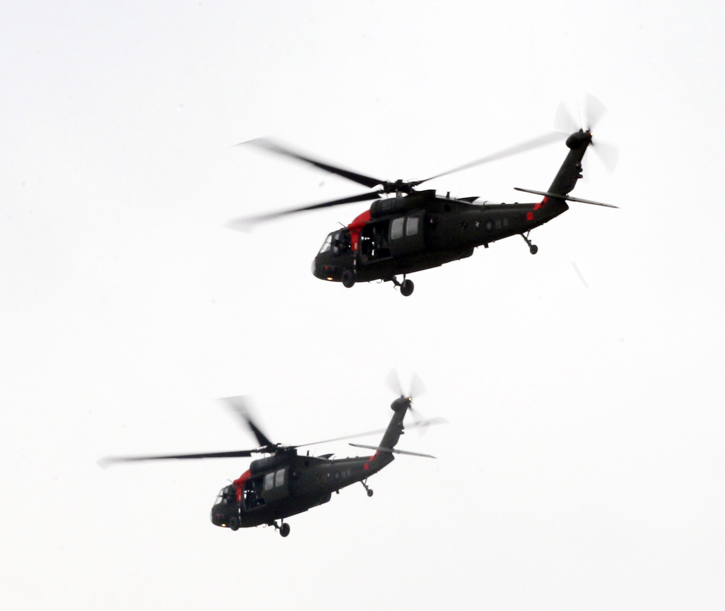 陸軍第三作戰區「地空聯合作戰」實兵操演,UH-60M黑鷹直升機空中繩降。(記者邱榮吉/龍潭拍攝)
