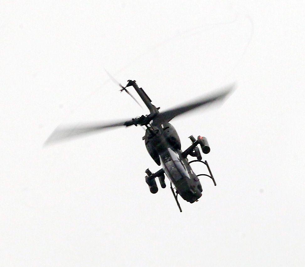 陸軍第三作戰區「地空聯合作戰」實兵操演,假想敵攻擊直升機實施先制攻擊。(記者邱榮吉/龍潭拍攝)