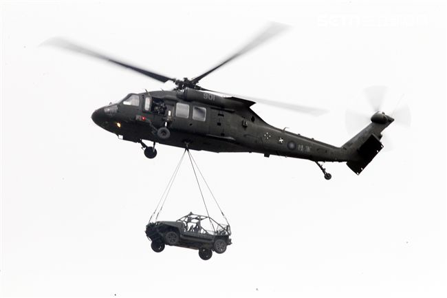 )陸軍第三作戰區「地空聯合作戰」實兵操演,UH-60M黑鷹直升機實施突擊車吊掛。(記者邱榮吉/龍潭拍