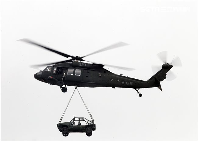 陸軍第三作戰區「地空聯合作戰」實兵操演,UH-60M黑鷹直升機實施突擊車吊掛。(記者邱榮吉/龍潭拍攝