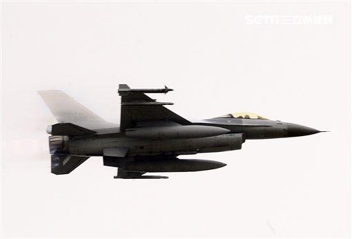 陸軍第三作戰區「地空聯合作戰」實兵操演,我軍空軍F16戰機對敵實施攻擊。(記者邱榮吉/龍潭拍攝)