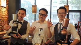 世界盃虹吸咖啡大賽 台灣選手奪銀拿銅世界盃虹吸咖啡大賽9月底在日本東京舉行,台灣籍選手朱紹齊(左)與張維欣(右)分別拿下銀牌及銅牌,兩人9日一起重現比賽的咖啡作品,並感謝業者王信鈞(中)一路以來的培訓及支持。中央社記者郝雪卿攝 107年10月9日