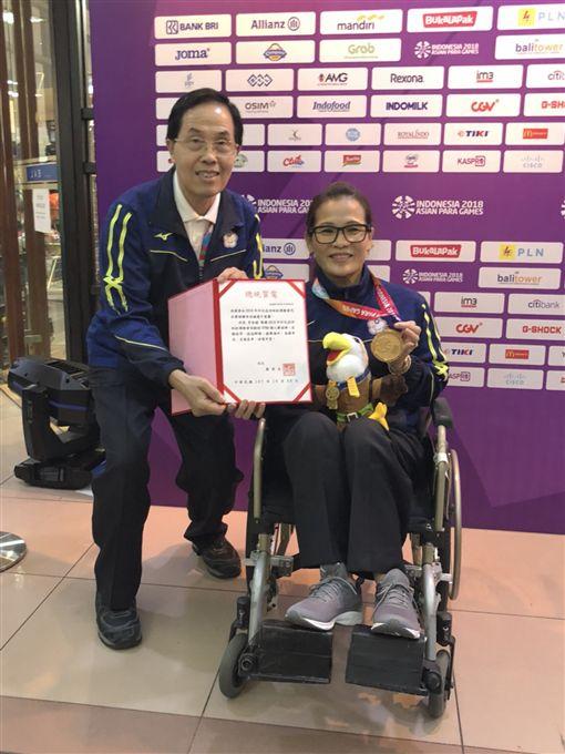 李佳婕榮獲保齡球女子單打TPB8冠軍,王水文副署長代表總統頒發賀電,並代表本屆亞帕運籌委會擔任該獎項頒獎人。(圖/體育署提供)