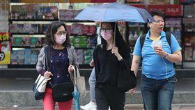 颱風潭美外圍環流影響 北台灣防大雨(1)受颱風潭美外圍環流影響,中央氣象局29日發布新竹以北、宜蘭大雨及豪雨特報,氣象局表示,下午隨著潭美漸遠離,雨勢也會趨緩。中央社記者張新偉攝 107年9月29日