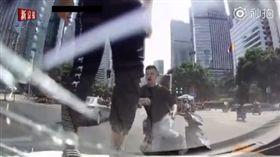 大陸電動車闖燈被叭暴怒 踩碎擋風玻璃(圖/翻攝自新京報秒拍)