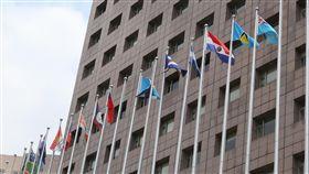 我國與薩爾瓦多斷交(3)外交部21日宣布,中華民國與中美洲邦交國薩爾瓦多斷交,目前中華民國邦交國已降到17個。圖為位在台北市天母地區的使館特區,上午已撤下原本在我國國旗旁的薩爾瓦多國旗。中央社記者鄭傑文攝 107年8月21日