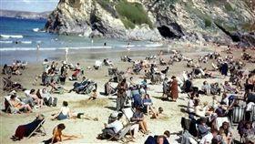 英國,康沃爾海灘,時空旅人,照片,手機(圖/翻攝自推特StuartHumphryes)