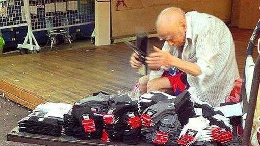 臨江夜市賣襪子的爺爺圖/翻攝自愛心姊妹淘 關懷臉書