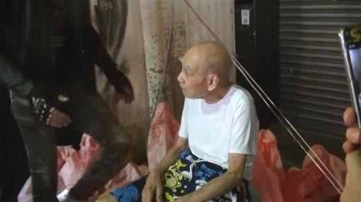 臨江夜市賣襪子的爺爺圖/翻攝自youtube