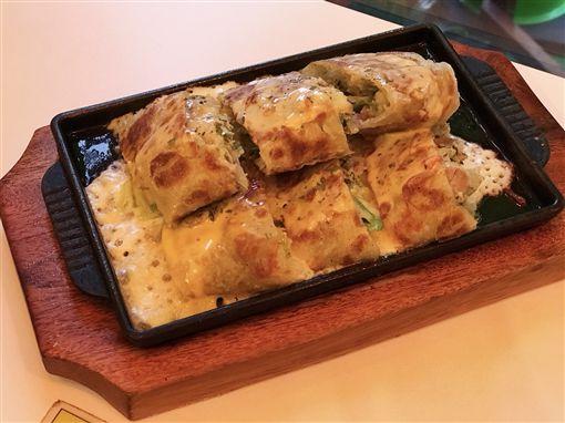 賴床早餐店鐵板起司蛋餅,椒麻雞刈包(記者郭奕均攝影)